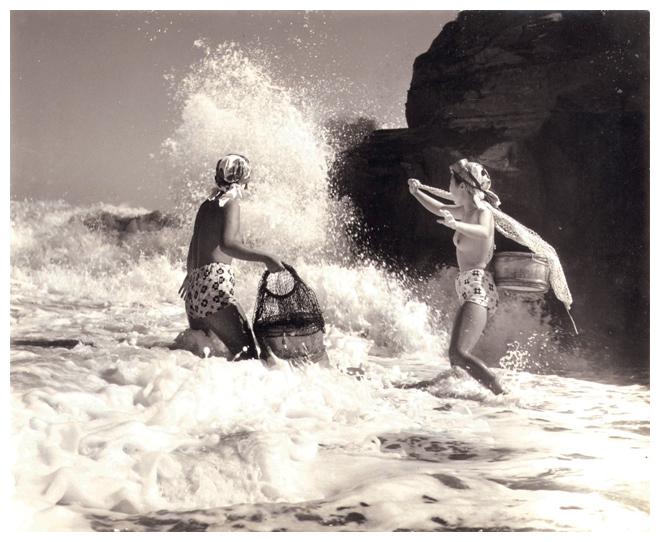 Dos 'ama' modernas mariscando entre las olas (Yoshiyuki Awase).