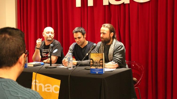 Flanqueado por dos genios del fantástico español: Carlos Sisí y Juan Cuadra.